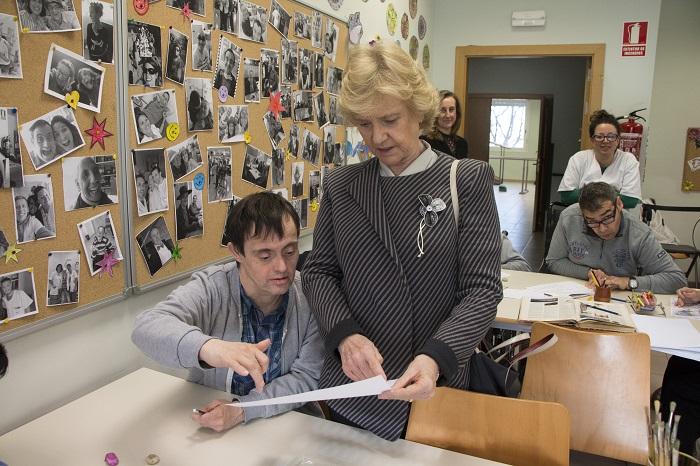 La Defensora del Pueblo visita el Centro Integral de Atención a la Discapacidad de Envera