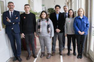 David Pérez, Concepción Dancausa, Jorge Urrecho y José María García, de la consejería de Vivienda, con alumnos de Envera